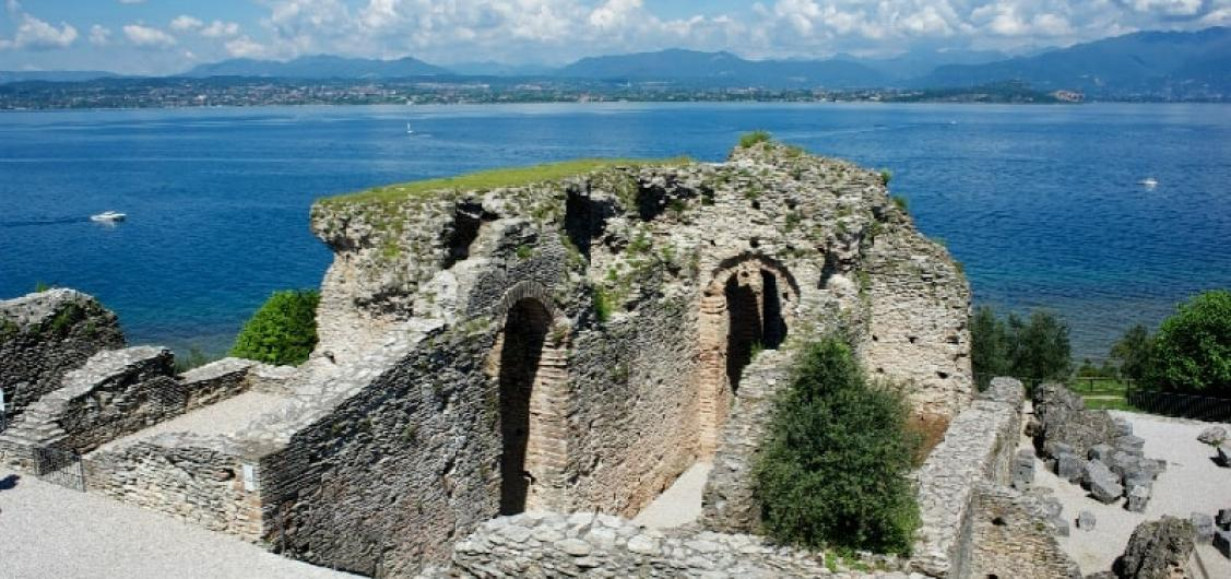 Half Day Walking City Tour with Visits to Scaliger Castle & Grottoes of Catullus